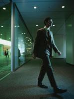 歩く日本人ビジネスマン