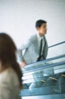 すれ違う日本人ビジネスマン&ウーマン 02299000444| 写真素材・ストックフォト・画像・イラスト素材|アマナイメージズ