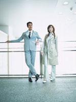 立つ日本人ビジネスマン&ウーマン 02299000445| 写真素材・ストックフォト・画像・イラスト素材|アマナイメージズ