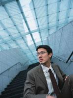 階段に座る日本人ビジネスマン