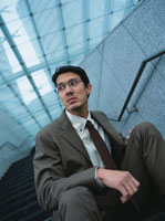階段に座る日本人ビジネスマン 02299000451| 写真素材・ストックフォト・画像・イラスト素材|アマナイメージズ