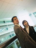 手すりと日本人ビジネスマン&ウーマン
