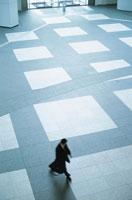歩く日本人ビジネスマン 02299000467| 写真素材・ストックフォト・画像・イラスト素材|アマナイメージズ