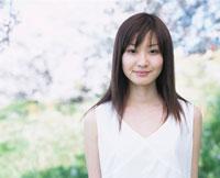 笑う日本人女性と桜