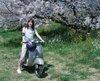 単車に乗る日本人女性と桜