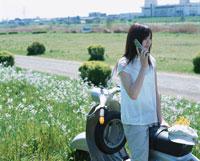 単車に乗り携帯電話で話す日本人女性 02299000530| 写真素材・ストックフォト・画像・イラスト素材|アマナイメージズ