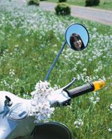 単車に飾る花と鏡の中の日本人女性 02299000532| 写真素材・ストックフォト・画像・イラスト素材|アマナイメージズ