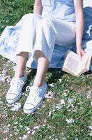 シートに座る日本人女性の足元と本