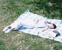 シートに寝転ぶ日本人女性と本