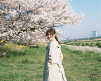 振り向く日本人女性と桜