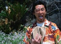 口を開ける日本人男性と植物