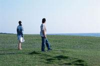 芝生を歩く日本人カップル