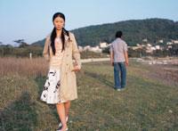 海岸で背を向けて歩く日本人カップル 02299000876| 写真素材・ストックフォト・画像・イラスト素材|アマナイメージズ