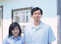 微笑む夫婦 02299000914| 写真素材・ストックフォト・画像・イラスト素材|アマナイメージズ