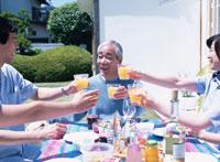 ホームパーティーをする家族 02299000921| 写真素材・ストックフォト・画像・イラスト素材|アマナイメージズ