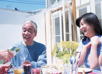 ホームパーティーでの光景 02299000923| 写真素材・ストックフォト・画像・イラスト素材|アマナイメージズ