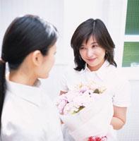 花束とお母さんと娘