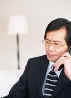 携帯電話を持つビジネスマン
