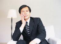 ほおづえをつくビジネスマン 02299000958| 写真素材・ストックフォト・画像・イラスト素材|アマナイメージズ