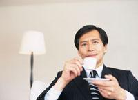 コーヒーを飲むビジネスマン 02299000960| 写真素材・ストックフォト・画像・イラスト素材|アマナイメージズ