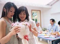 ダイニングルームでの家族の光景 02299000996  写真素材・ストックフォト・画像・イラスト素材 アマナイメージズ