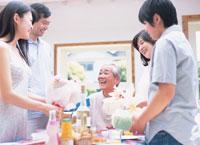 プレゼントを渡す家族 02299001002  写真素材・ストックフォト・画像・イラスト素材 アマナイメージズ