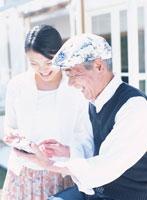 微笑むおじいさんと娘 02299001009  写真素材・ストックフォト・画像・イラスト素材 アマナイメージズ