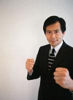 ガッツポーズのビジネスマン 02299001047| 写真素材・ストックフォト・画像・イラスト素材|アマナイメージズ