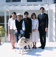 日本人の家族と犬