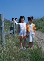 2人の女の子と父母 02299001115| 写真素材・ストックフォト・画像・イラスト素材|アマナイメージズ