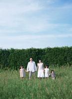草原を歩く日本人の家族