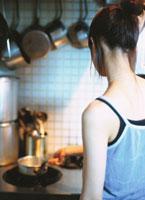 調理する日本人女性の後姿