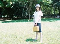 バスケットを持った日本人女性 02299001212| 写真素材・ストックフォト・画像・イラスト素材|アマナイメージズ