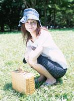 芝生にしゃがむ日本人女性 02299001213| 写真素材・ストックフォト・画像・イラスト素材|アマナイメージズ