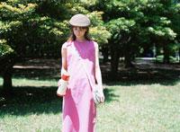 ピンク色のワンピースを着た日本人女性 02299001214| 写真素材・ストックフォト・画像・イラスト素材|アマナイメージズ
