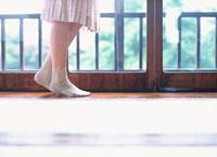 窓の外を眺める日本人女性の足元