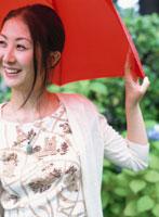 赤い傘をさす日本人女性