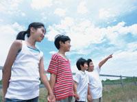 手をつなぐ男の子と女の子 日本人