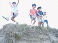 丘を飛び降りる子供たち 日本人
