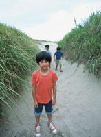 砂浜の道を歩く3人の男の子 日本人
