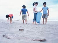 砂浜のゴミを集める子供たち 日本人