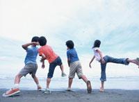 海に向って石を投げる子供たち 日本人
