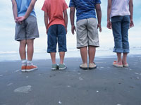 海を眺める子供たちの後姿 日本人