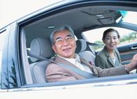 ドライブする中高年夫婦 日本人