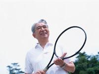 テニスラケットを抱えた中高年男性 日本人 02299001466| 写真素材・ストックフォト・画像・イラスト素材|アマナイメージズ
