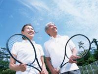 テニスラケットを持つ中高年夫婦 02299001499| 写真素材・ストックフォト・画像・イラスト素材|アマナイメージズ