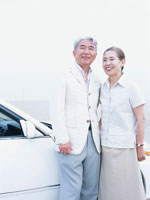 乗用者の前で寄り添う中高年夫婦 日本人