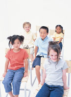 イスに座る5人の子供たち