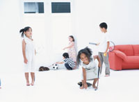 遊ぶ5人の子供たち