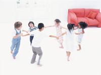手をつなぎ輪になる6人の子供たち